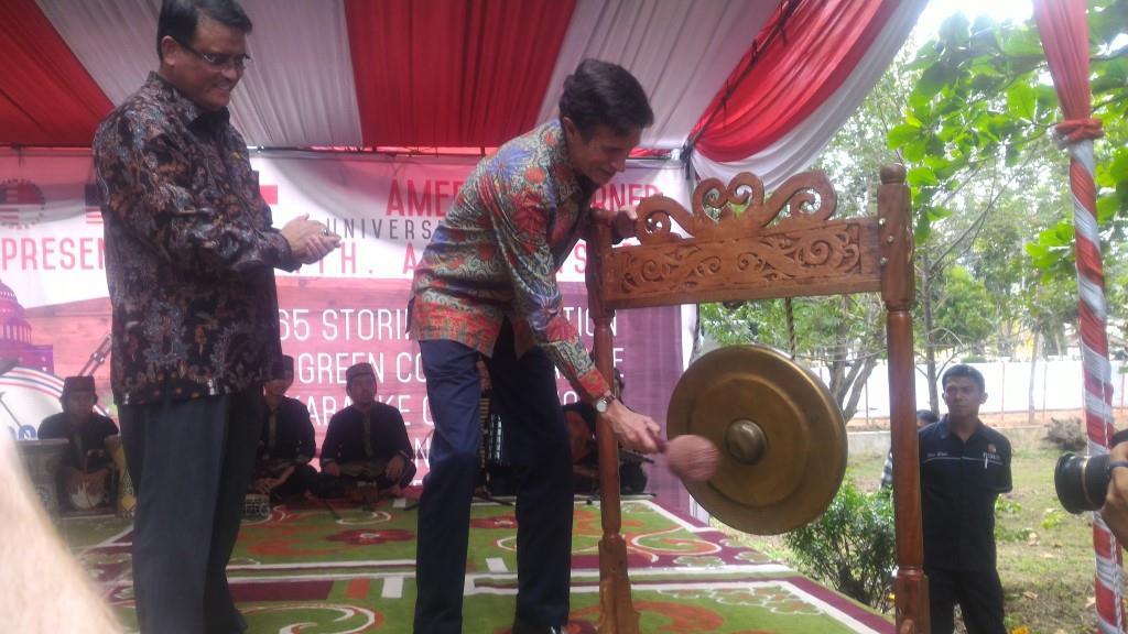 Duta Besar Amerika Serikat  untuk Indonesia, Robert Blake saat membuka perayaan HUT IV tahun Kampung Amerika di Universitas Tanjung Pura, Selasa (16/2).
