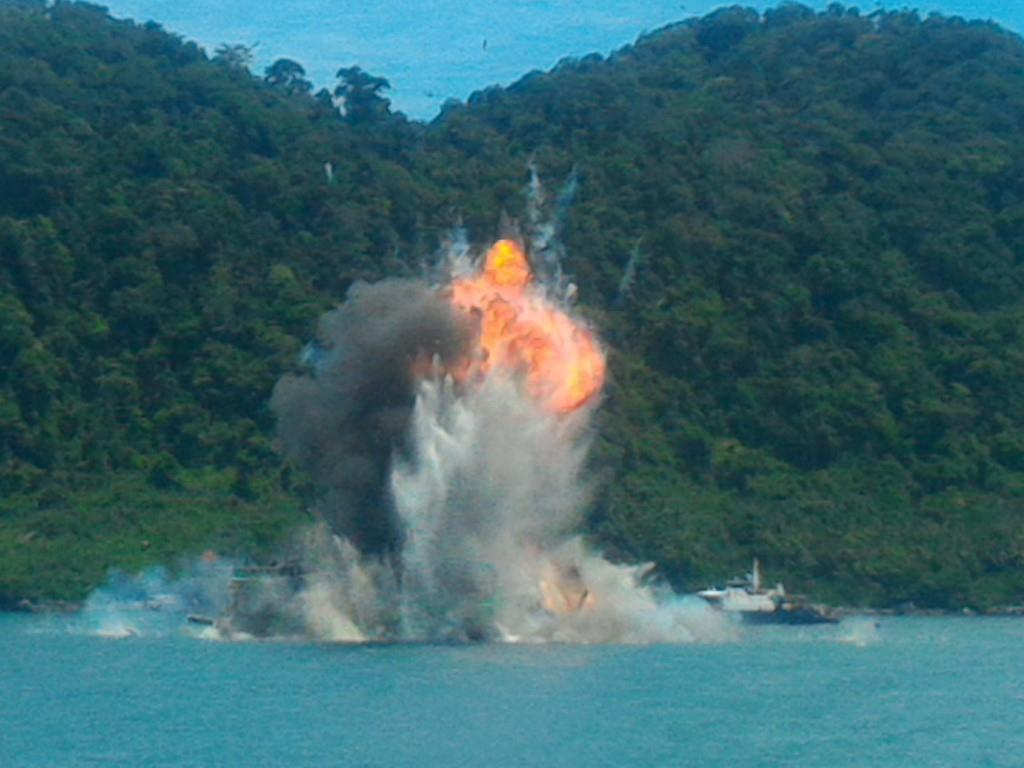 Satgas 115 ledakkan 8 kapal ilegal fishing di Pontianak.