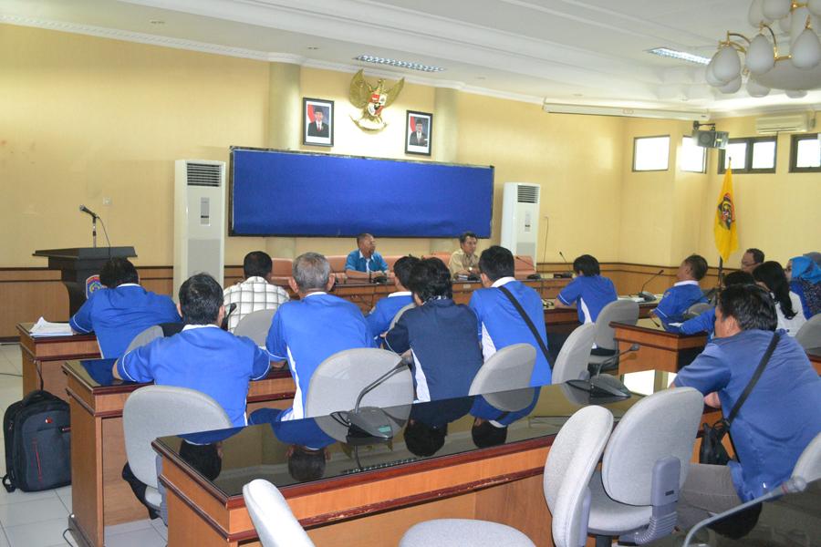 Dirut Perusda Tarakan TIgor Nainggolan bersama 60 karyawannya kala mendengar penjelasan dari Asisten II Jamaluddin.