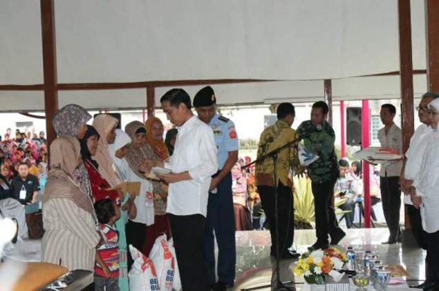 Presiden Jokowi kala memberikan bantuan PKH kepada warga di daerah-daerah. (int)