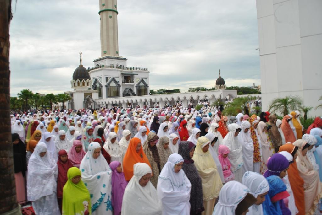 Ribuan umat muslim di Pontianak melakukan Salat Gerhana di Masjid Rahaya Mujahidin.