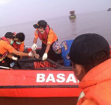 Tim SAR Gabungan kala mengevakuasi jasad Sholeh di Perairan Muara Jungkat.