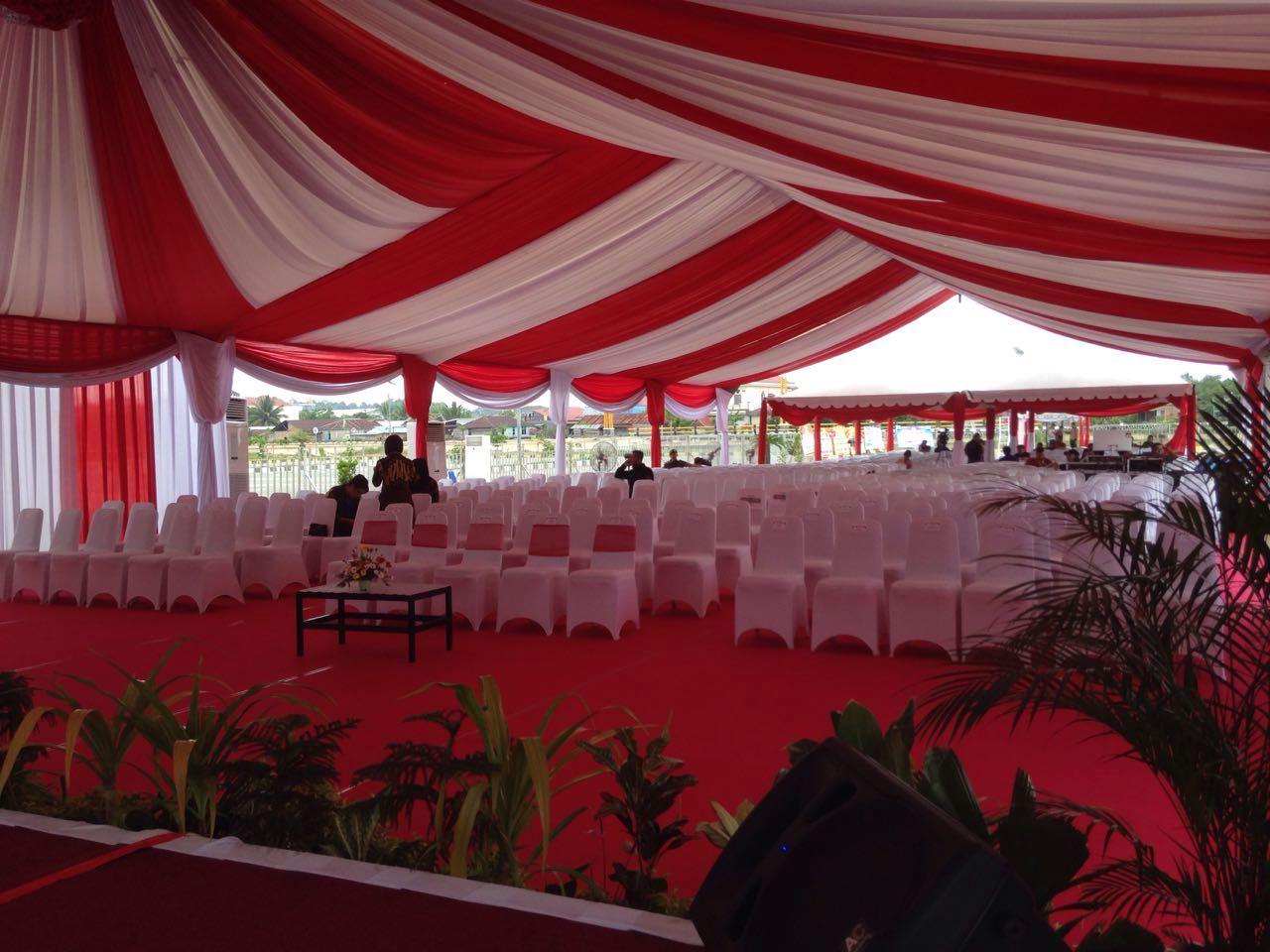 Lima kursi ditengah yang ditandai dengan balutan kain warna merah menjadi tempat duduk Presiden Jokowi bersama Ibu Negara Iriana Jokowi.