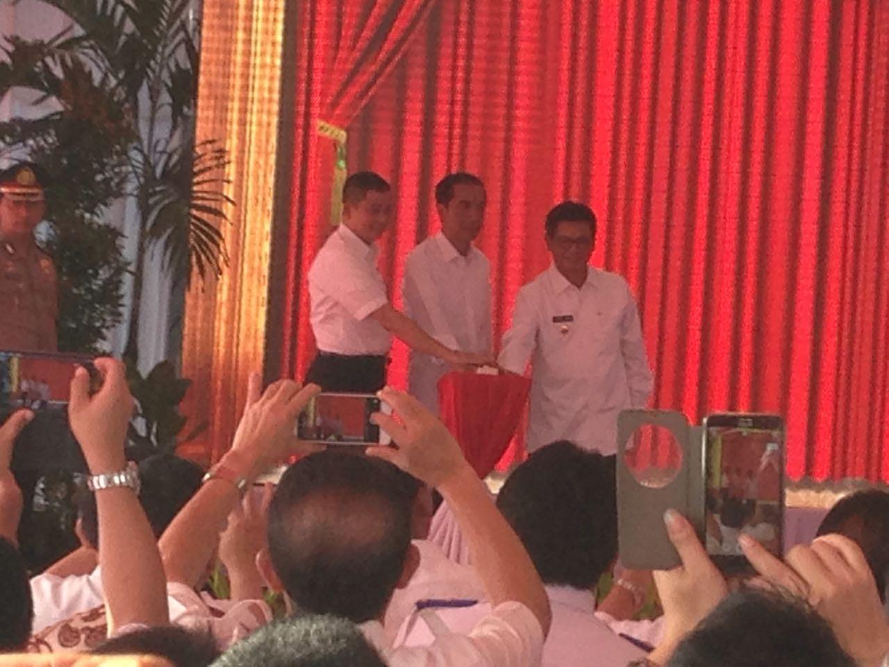 Presiden Jokowi didampingi Menteri Perhubungan Ignasius Johan dan Gubernur Kaltara Irianto Lambrie menekan bel sirine penanda resminya Badara Juwata International Kota Tarakan.