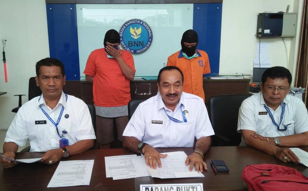 Kepala BNN Provinsi Kalimantan Timur Kombes Pol Edison H Panjaitan saat memperlihatkan tersangka dan barang bukti dihadapan awak media.