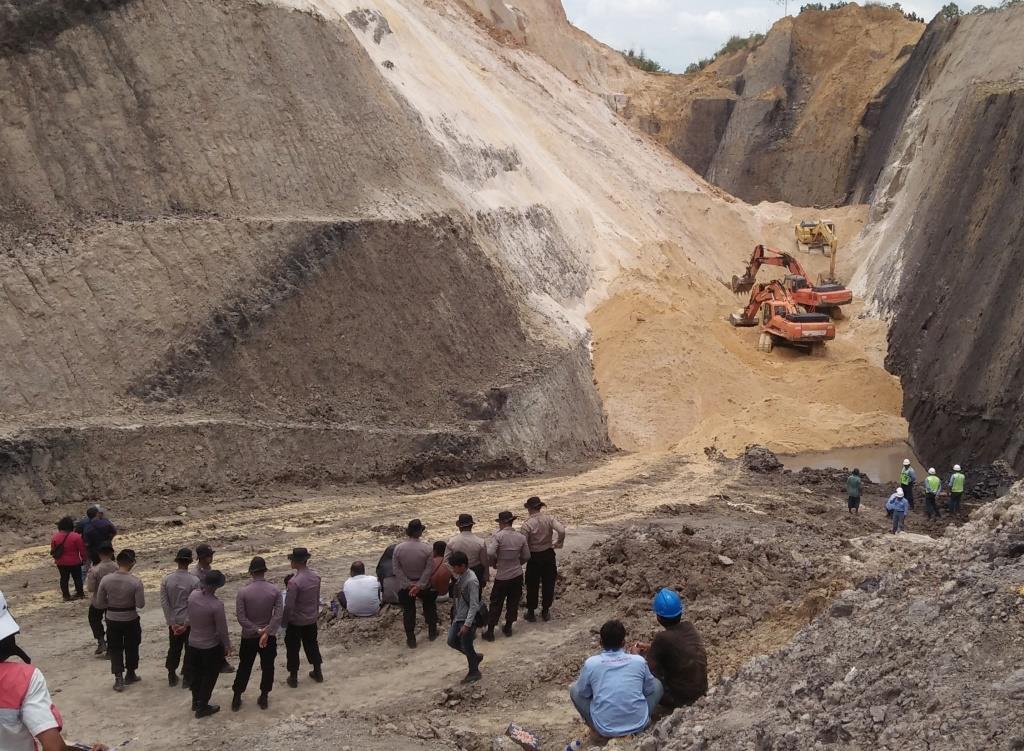 Tiga alat berat digunakan untuk menggali tanah mencari Medi karyawan PT MIL yang tertimbun tanah longsor.