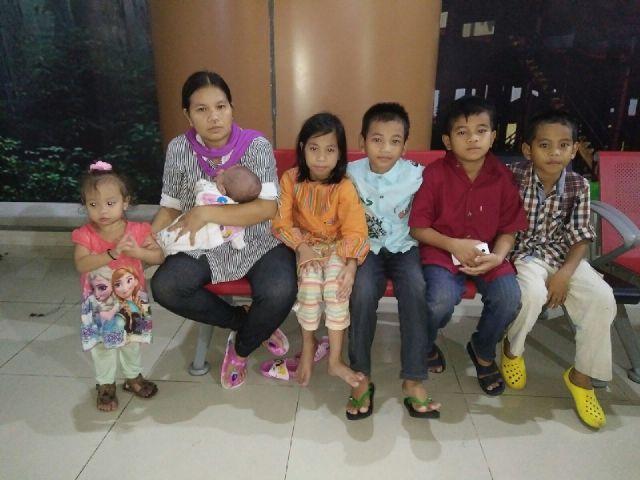 Ervina bersama enam orang anaknya saat tiba di Bandara Internasional Supadio Pontianak,