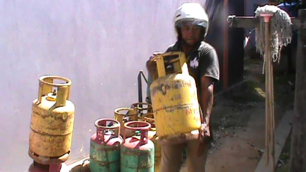 Masyarakat Kabupaten Nunukan lebih memilih membeli gas Malaysia (tabung kuning) lantaran mudah didapat dibandingkan gas Indonesia.