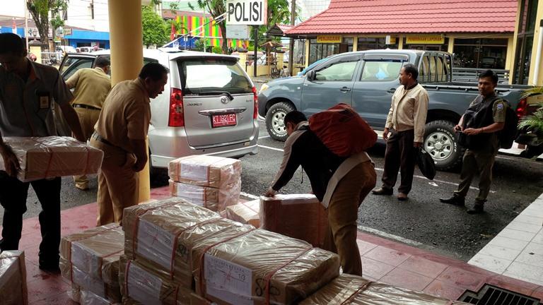 Disdik Tarakan serahkan lembaran soal UN SMA kepada Polres Tarakan untuk dititipkan.
