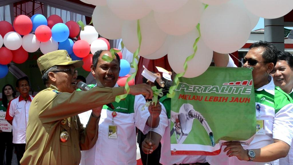 Walikota Tarakan Ir. Sofian Raga kala melepaskan balon udara sebagai tanda diresmikannya outlet Pertalite di Kota Tarakan.