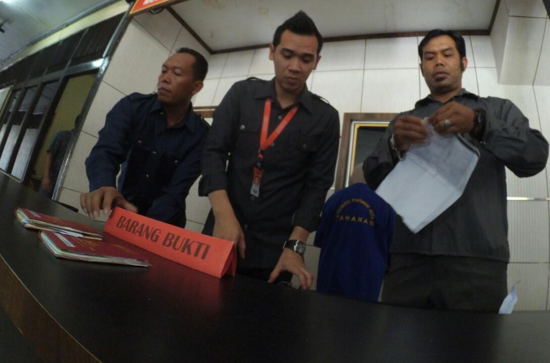 Anggota Sat Reskrim Polresta Pontianak sedang mempersiapkan barang bukti di Mapolresta Pontianak.