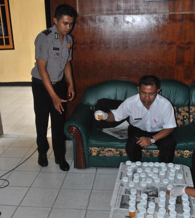 Salah satu personil Polres Tarakan yang menyerahkan sampel urinenys kepada pihak RSUD.