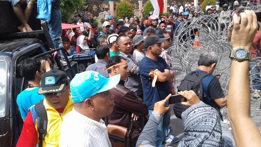 Ratusan masyarakat yang tak bisa masuk ke halaman gedung DPRD Kota Tarakan lantaran adanya pengamanan ekstra ketat dan kawat berduri.