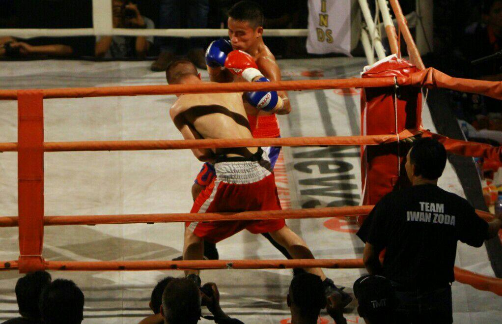 Petinju Indonesia Iwan Sniper Zoda yang terus mendesak lawannya Knalas di ronde ketiga yang membuatnya menang KO.