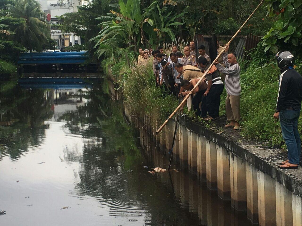 Jasad wanita paruh baya ditemukan diparit Jl. Letkol Sugiono, Kota Pontianak.