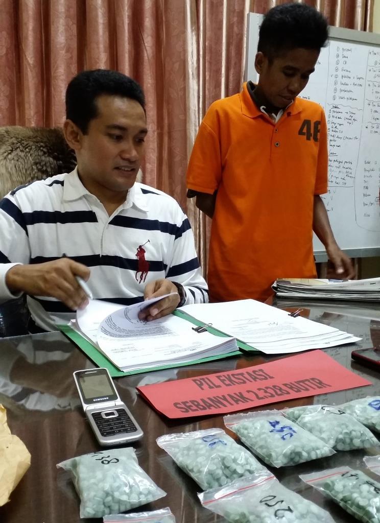 Kasat Reskoba Polresta Samarinda Kompol Belny Warlansyah  bersama tersangka Isnawati (27).