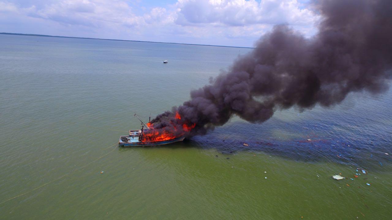 Dua kapal asal Malaysia yang diledakkan di Perairan Kota Tarakan oleh Kapolda Kaltim, Selasa (05/04).