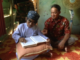Fadlansyah bersama Raihan kala membaca Al-Quran.