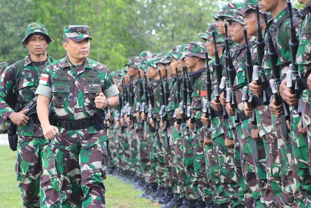 Danrem 091/ASN, Brigjen TNI Teguh Arif Indratmoko saat mengecek kesiapan Satgas Pamtas yang akan ditugaskan ke perbatasan Provinsi Kaltara.