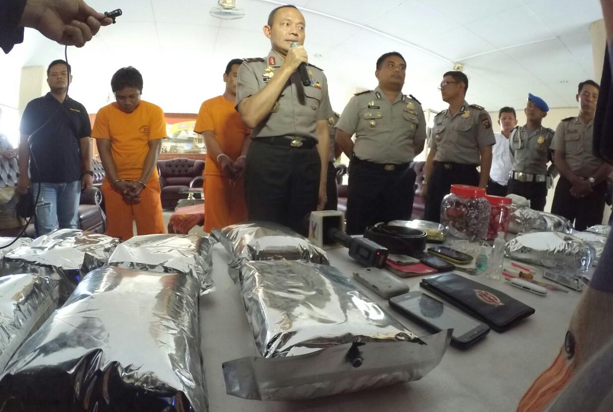 Kapolda Kalbar Brigjen Pol Arief Sulistyanto saat melakukan jumpa pers terkait tangkapan 17 kilogram sabu dari perbatasan.