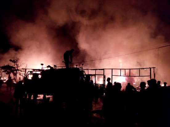 Kobaran api yang menghanguskan puluhan rumah di Jl Bung Tomo Samarinda Seberang.