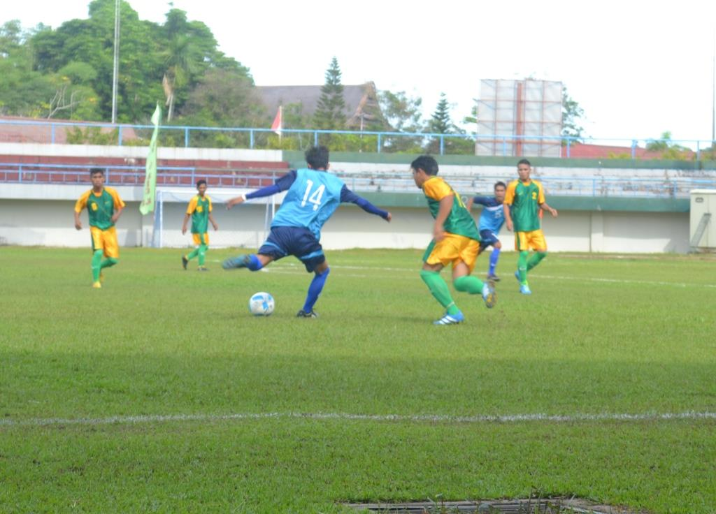 Gelandang serang PS. Tana Tidung bernomor punggung 14 (baju biru) kala mencoba melewati barisan pertahanan PS. Sinar Bulungan (baju hijau-kuning) dalam Kompetisi Liga Nusantara Kaltara 2016 di Stadion Datu Adil.